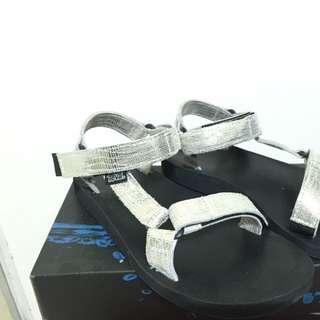 1.teva涼鞋/2.dogeared小金豆項鍊/3.moschino手機殼