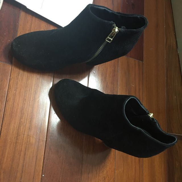 SIZE 7 STEVE MADDEN BLACK SUEDE BOOTIES