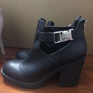 SIZE 7 FAUX LEATHER BOOTIES