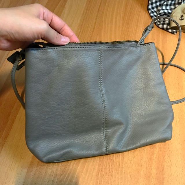 灰色側背隨身小包