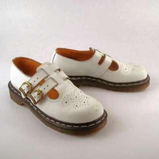 Dr. Martens 馬汀大夫MARY JANE DOUBLE STRAP 白雕花真皮娃娃鞋