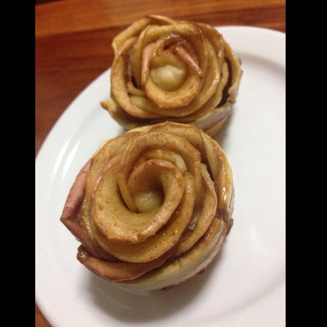 Rose apple cinnamon caramel Roll