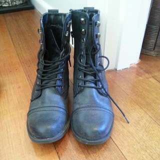 Famous Footwear Size 6 Very Comfortable worn Once