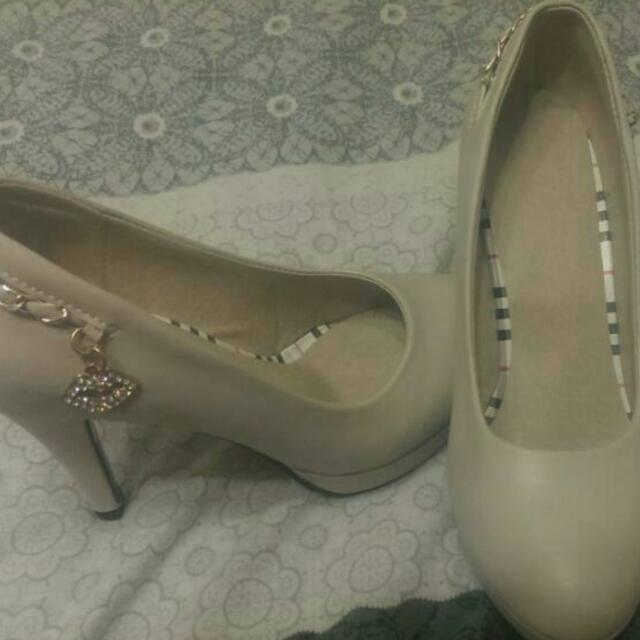 米白色高跟鞋