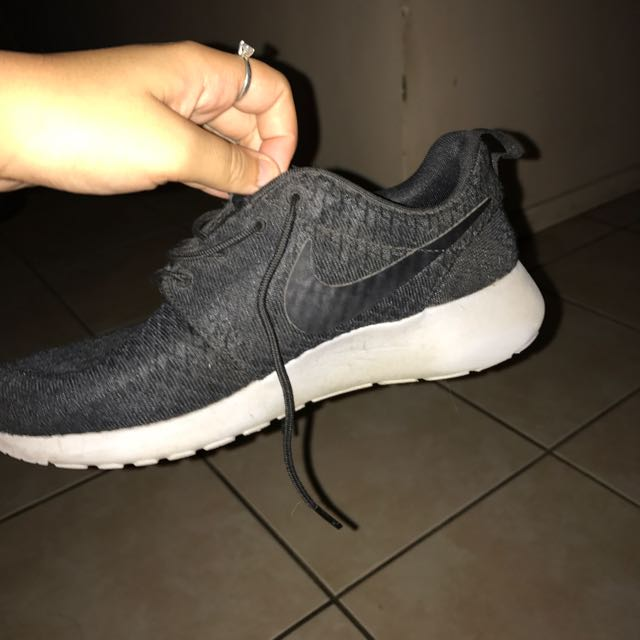 ac735f00a23c Black Nikes Female Roshes
