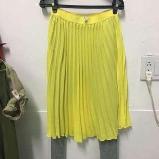 亮黃裙灰褲、紅格裙藍褲、灰紗裙