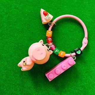 🎄聖誕限時優惠#客製-玩具總動員錢罐豬身體搖搖字母鑰匙圈