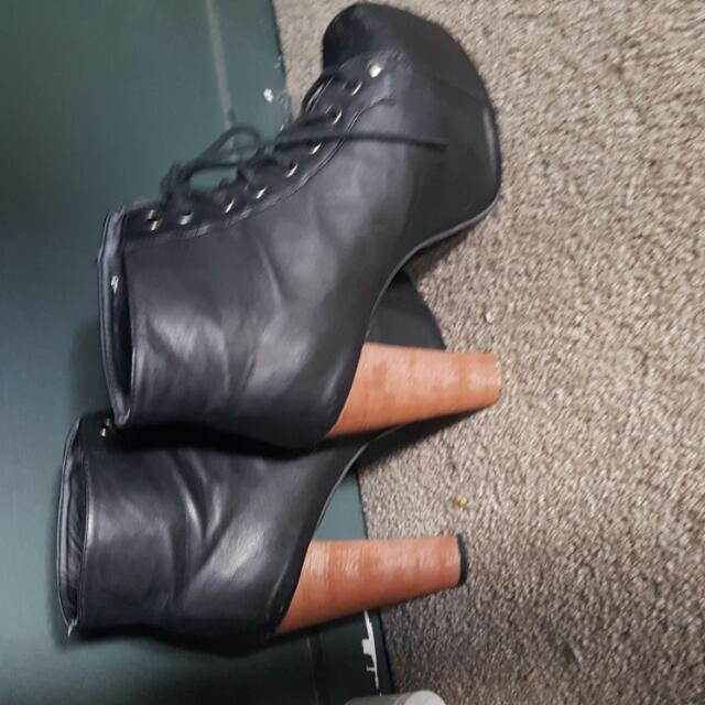 Novo Platform Boots size 7