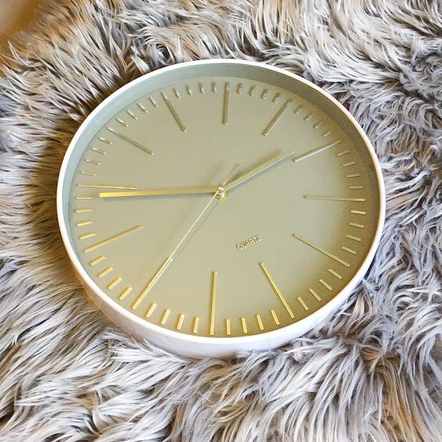 QUARTS Clock // White & Silver