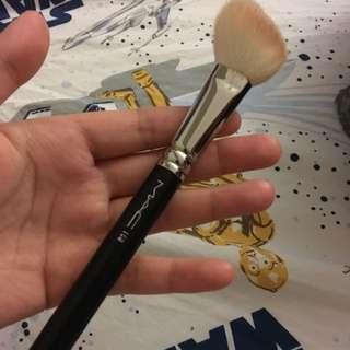 MAC 168 Large Angled Contour Brush