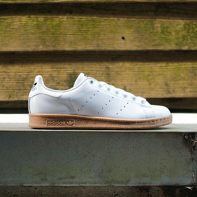 Adidas Stan Smith blanco Gum, hombre 's Fashion, calzado en carousell