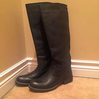 ROOTS BOOTS NEVER WORN