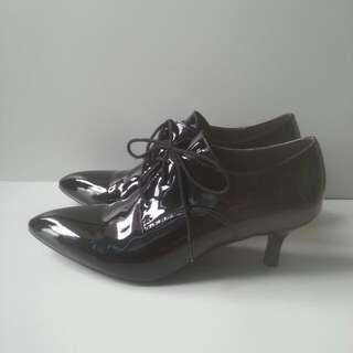 90%新 黑色漆皮Ankle Boots Size 38 踭高2吋半HK$200 (已降價,不設議價)