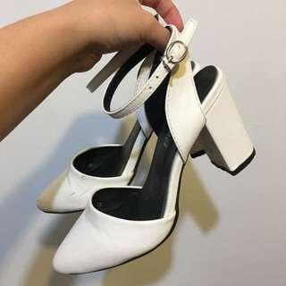 白色尖頭高跟鞋