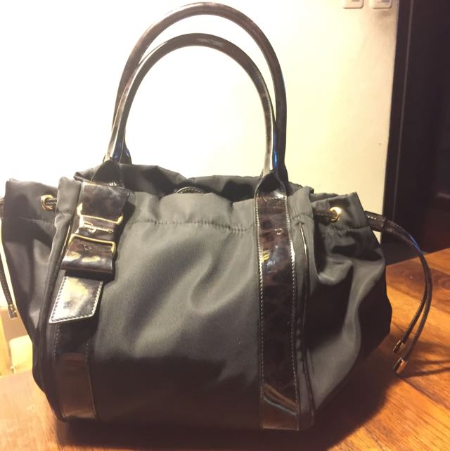 幾乎全新的Ferragamo黑色尼龍手提包,18880出清