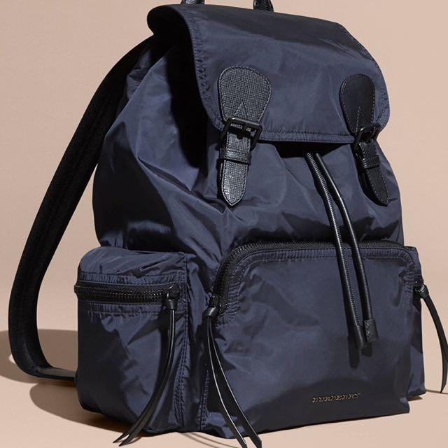Burberry海軍藍後背包包