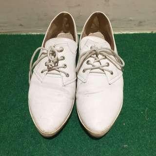 百搭尖頭小白鞋