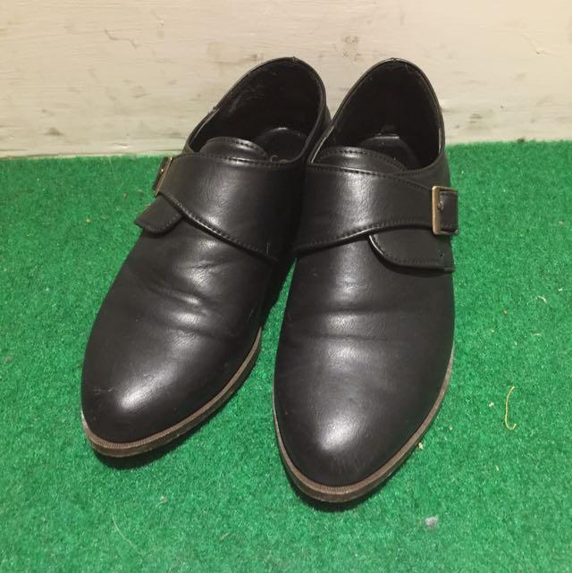黑色低跟皮鞋