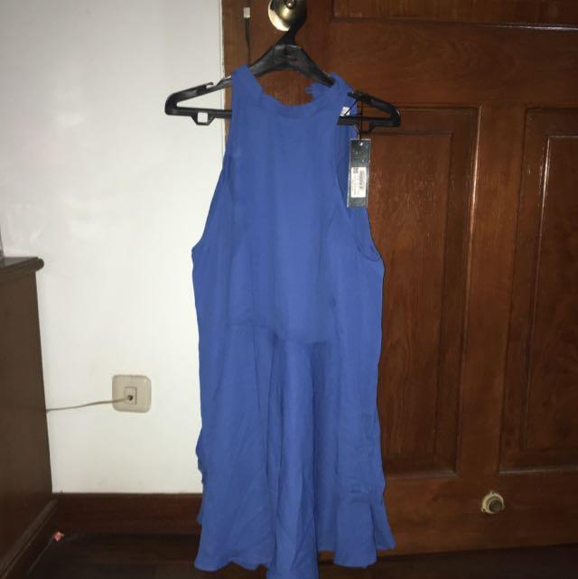 dress biru dengan pundak bolong