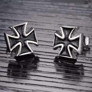 《QBOX 》FASHION 飾品【E100N276】精緻個性立體染黑十字架316L鈦鋼插式耳環(防過敏)
