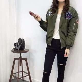 ✨少量現貨✨韓版厚實個性設計款圖章貼布軍綠飛行外套軍外套  貓咪曬月亮xoxogirl Zara