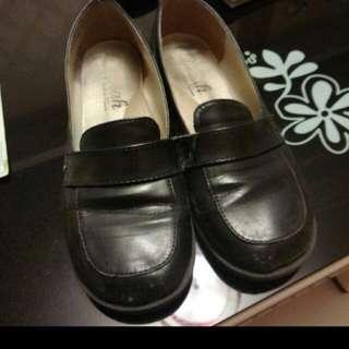 《收購》 尋找相似、類似學生鞋款