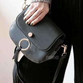 金屬釦環側背包