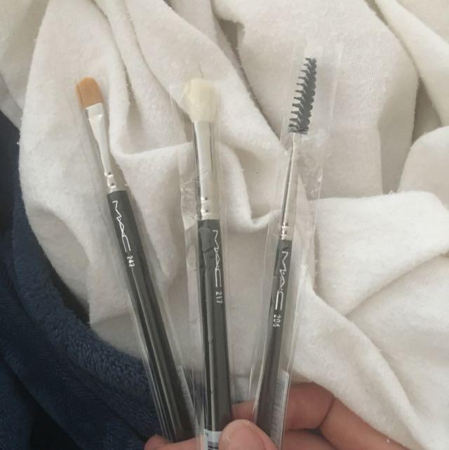 3 genuine mac brushes brand new (worth $100)
