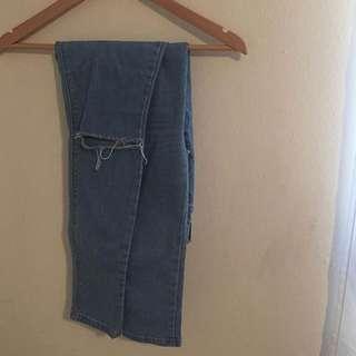 F21 knee rip lightwash jeans (stretchy)