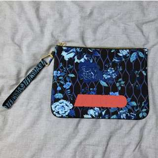 KENZO × H&M  聯名瘋搶手拿包。男女適用