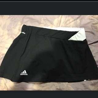Adidas 黑白設計腰斜邊運動短褲裙