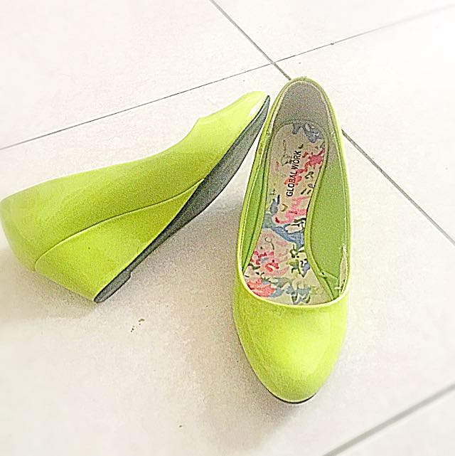 五佰元好女鞋,很漂亮的翠綠。在微風京站