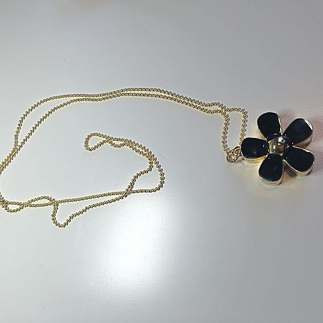 Daisy Sweater Necklace With Fragrance Cream