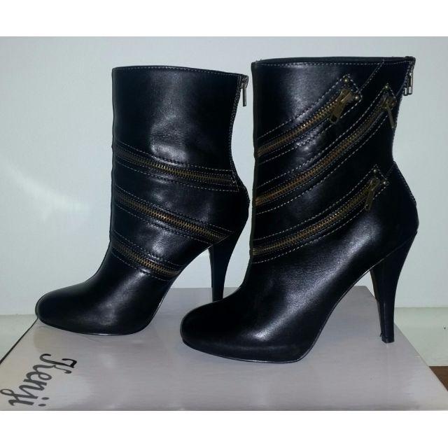Black Boots with Zipper Detail (Kenji)