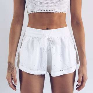 WHITE LACE-LOOK SHORTS SIZE 8