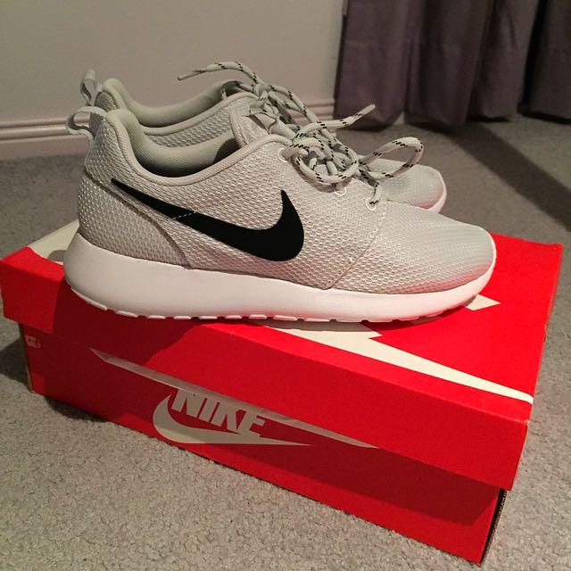 BRAND NEW Nike Roshe Run Platinum/Black/White
