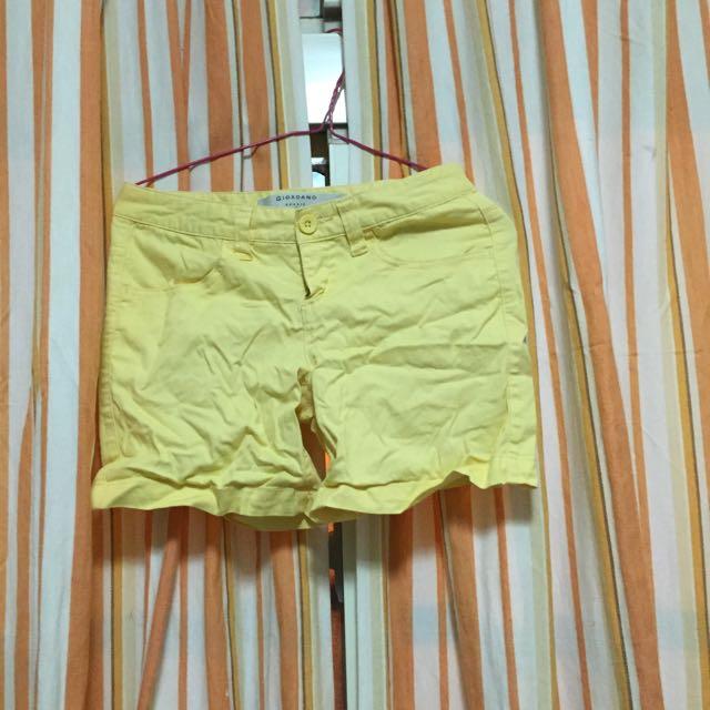 Giordano 鵝黃短褲