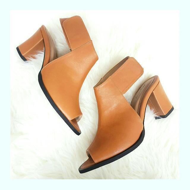 Heels Winnie Boots In Tan Hugidong