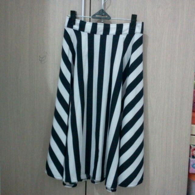 rok payung garis hitam putih bgian blkg ada karet zs. s to m