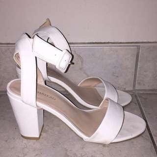White Le Chateau Size 7 Open Toe Chunky Heel Sandal