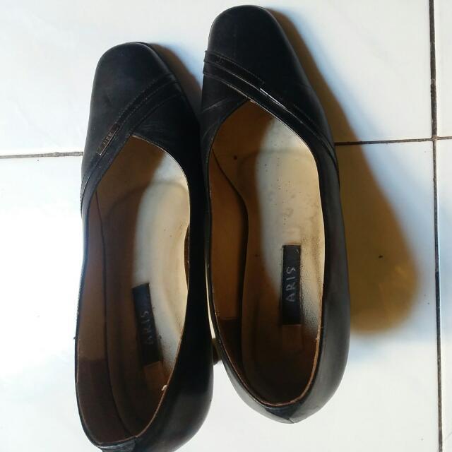 sepatu no. 38. merk ARIS