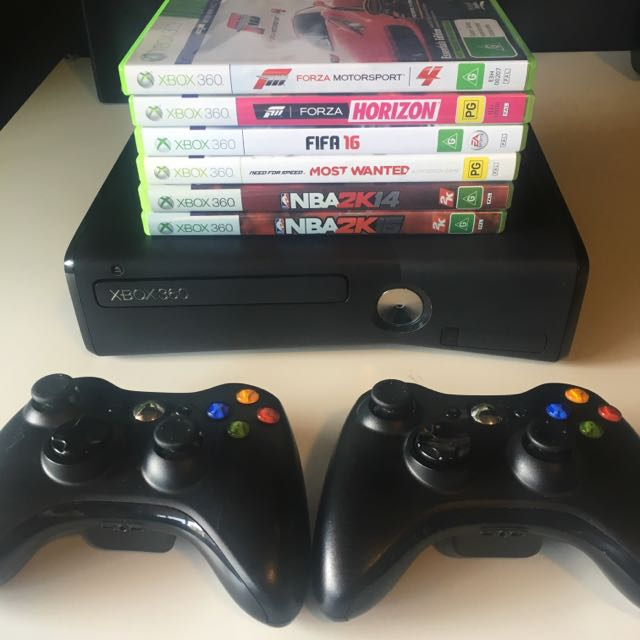 Xbox 360 Slim + 2 Controllers + Games