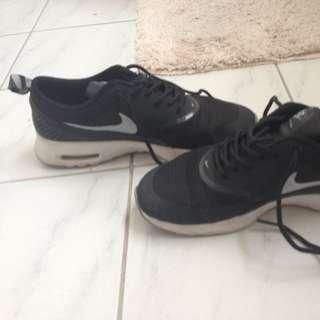 Size 6 Black Nike Thea