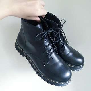黑色綁帶馬丁鞋