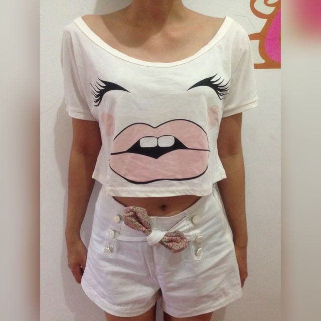 Crop Tooth Top + White Short Jeans