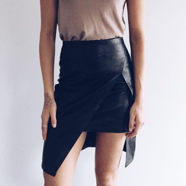 MINK PINK FAUX LEATHER SKIRT SIZE XS