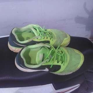 Nike Vomero 8 (Size 43/ 8.5)