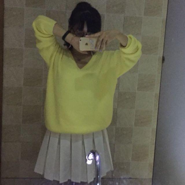嫩黃色v領毛衣