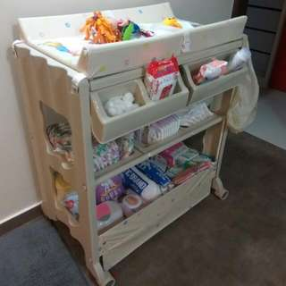 🚚 Baby's Diaper Changing Station And Bath tub