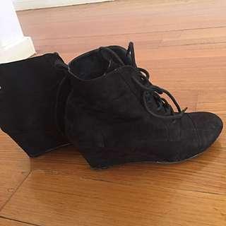 Novo Wedged Boots